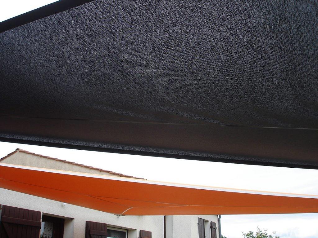 voile-d'ombrage-qualite-professionnelle-particulier-sur-mesure-mesures-vendée-qualité-france-française-Sofareb-local-expérience-particulier-professionnels-protection-solaire-terrasse-exterieur-design-moderne-jardin-ombre-ombrage-architecte-orange-noir