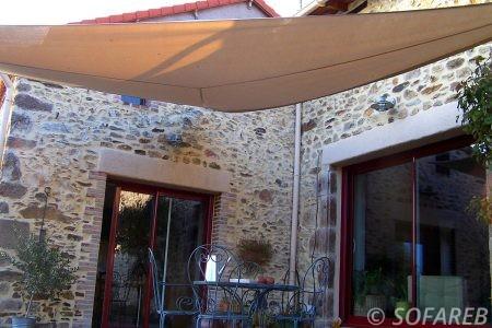 voile-d'ombrage-qualite-professionnelle-particulier-sur-mesure-mesures-vendée-qualité-france-française-Sofareb-local-expérience-particulier-professionnels-protection-solaire-terrasse-exterieur-design-moderne-jardin-ombre-ombrage-architecte-beige-orange