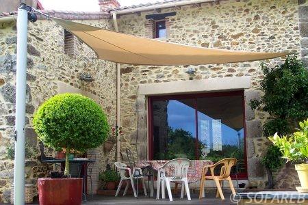 voile-d'ombrage-qualite-professionnelle-particulier-sur-mesure-mesures-vendée-qualité-france-française-Sofareb-local-expérience-particulier-professionnels-protection-solaire-terrasse-exterieur-design-moderne-jardin-ombre-ombrage-architecte-beige