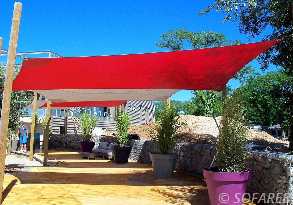voile-d'ombrage-qualite-professionnelle-particulier-sur-mesure-mesures-vendée-qualité-france-française-Sofareb-local-expérience-particulier-professionnels-protection-solaire-terrasse-exterieur-design-moderne-jardin-ombre-ombrage-architecte-rouge