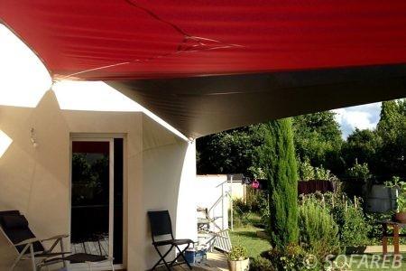 voile-d'ombrage-qualite-professionnelle-particulier-sur-mesure-mesures-vendée-qualité-france-française-Sofareb-local-expérience-particulier-professionnels-protection-solaire-terrasse-exterieur-design-moderne-jardin-ombre-ombrage-architecte-rouge-noir