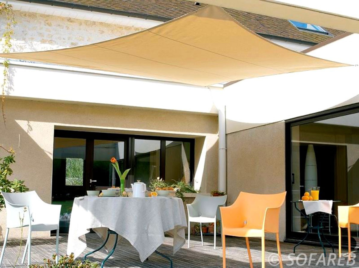 voile-d'ombrage-qualite-professionnelle-particulier-sur-mesure-mesures-vendée-qualité-france-française-Sofareb-local-expérience-particulier-professionnels-protection-solaire-terrasse-exterieur-design-moderne-jardin-ombre-ombrage-architecte-jaune-beige