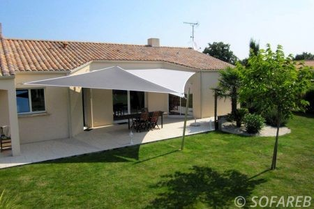 voile-d'ombrage-qualite-professionnelle-particulier-sur-mesure-mesures-vendée-qualité-france-française-Sofareb-local-expérience-particulier-professionnels-protection-solaire-terrasse-exterieur-design-moderne-jardin-ombre-ombrage-architecte-grise-blanche