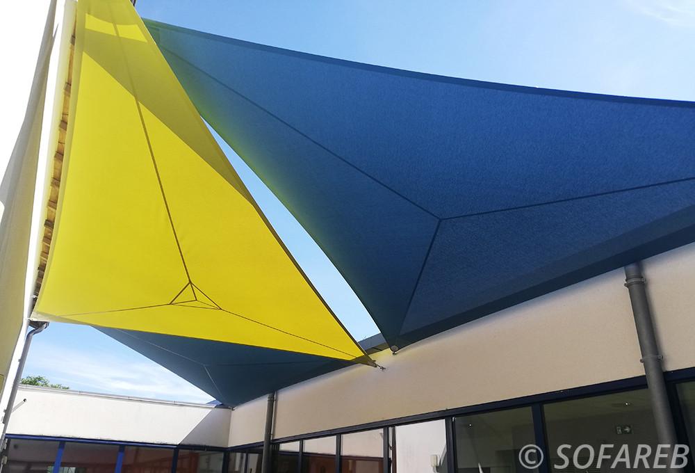 voiles d'ombrage bleu et jaune qui protége le centre périscolaire de coulonges sur l'autize