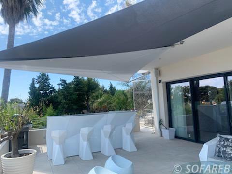 Voiles d'ombrage grises et blanches au dessus de la terrasse d'une maison à Cary-le-Rouet