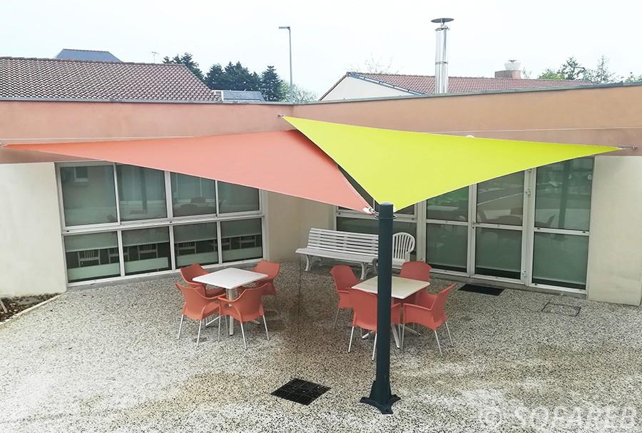 Voiles dombrage triangulaires verte et orange installées par Sofareb sur la terrasse d;un EPHAD à Mouilleron-le-Captif en Charente-Maritime