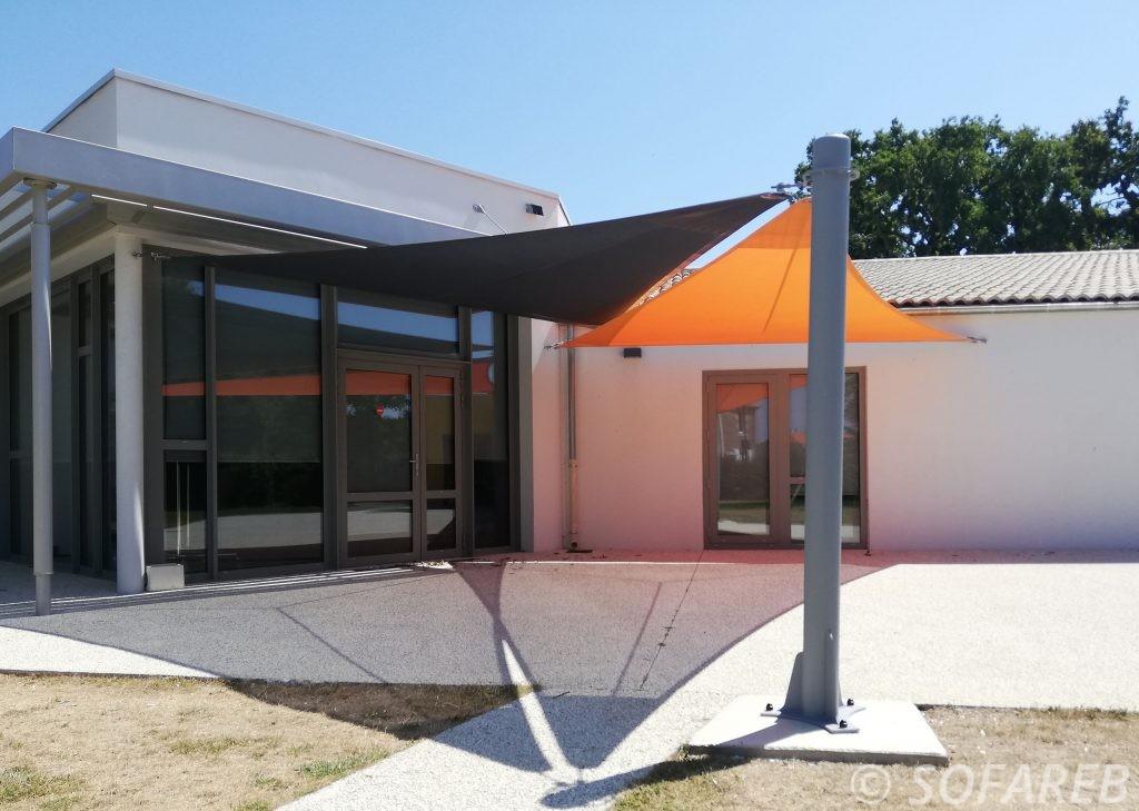 Voiles dombrage triangulaires orange et noire installée à lextérieur de la Mairie de Thorigny en Vendee