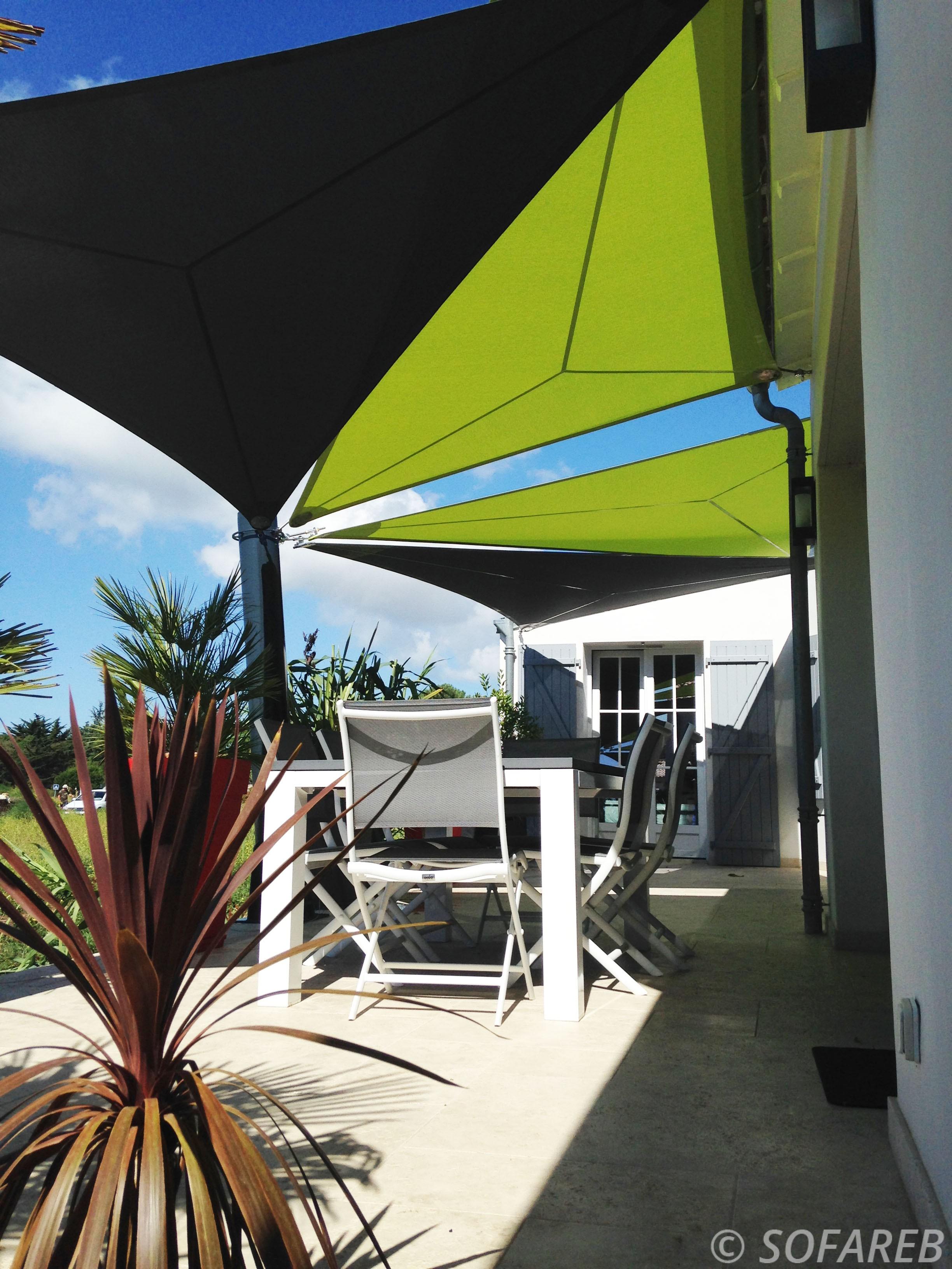 Voiles dombrage vues du dessous, fabriquées et installées par Sofareb dans le jardin dune maison à lile de ré 17