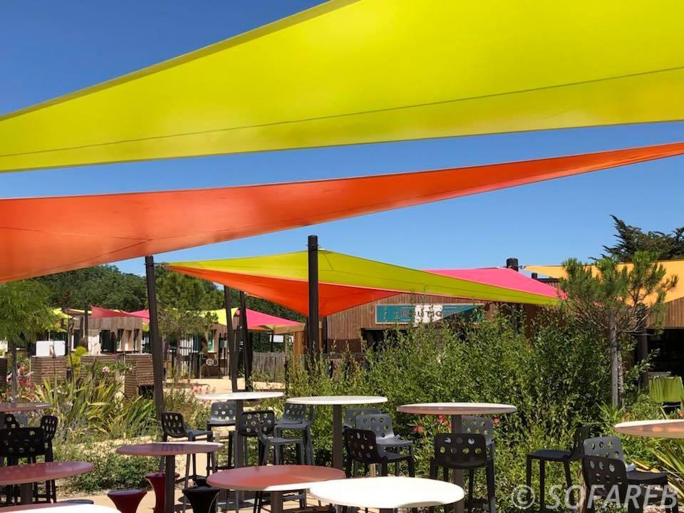 Voiles dombrage grand format, colorées et sur-mesure installées sur les terrasses du parc aquatique OGliss park en Vendée