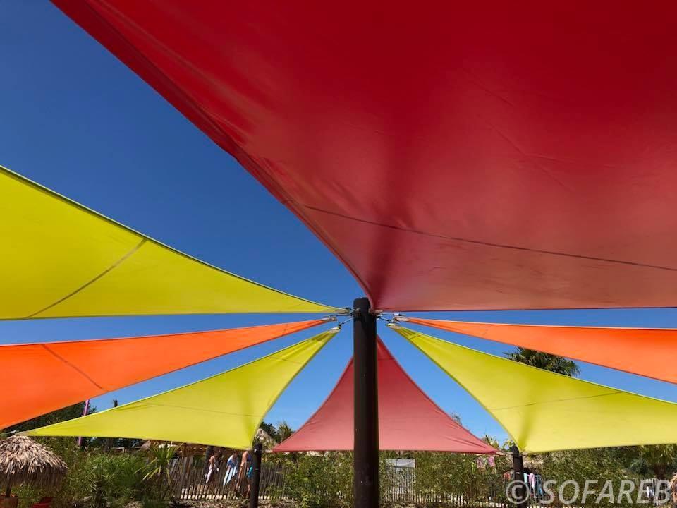Très grandes voiles dombrage colorées et sur-mesure installées par lentreprise française Sofareb à Ogliss park en Vendée 85