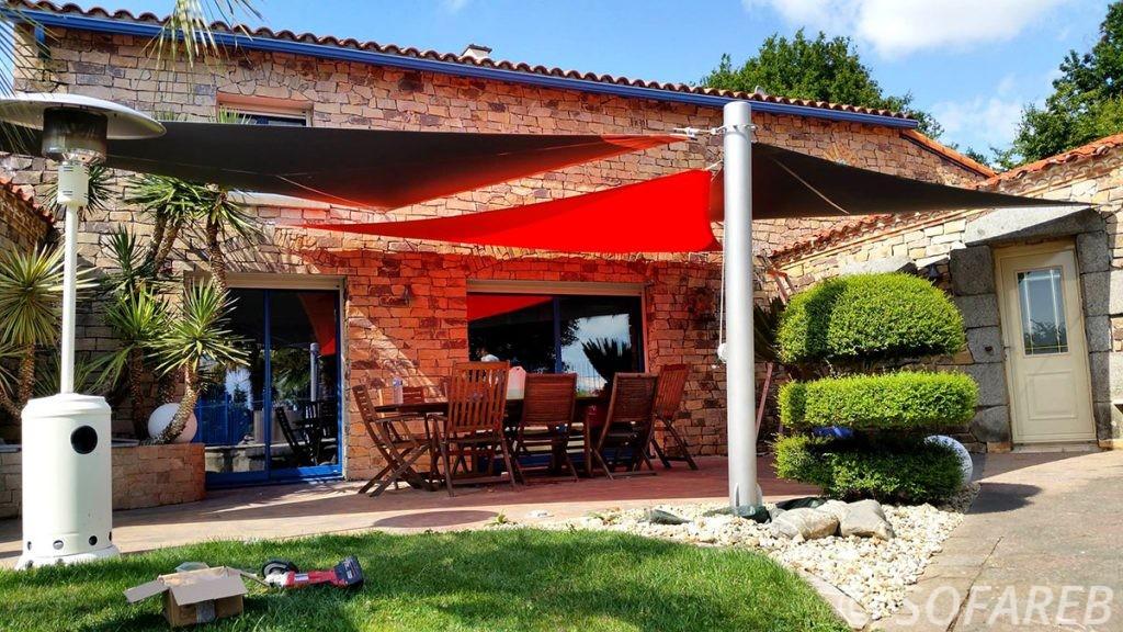 voile-d'ombrage-qualite-professionnelle-particulier-sur-mesure-mesures-vendée-qualité-france-française-Sofareb-local-expérience-particulier-professionnels-protection-solaire-terrasse-exterieur-design-moderne-jardin-ombre-ombrage-architecte-rouge-noire