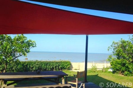 voile-d'ombrage-qualite-professionnelle-particulier-sur-mesure-mesures-vendée-qualité-france-française-Sofareb-local-expérience-particulier-professionnels-protection-solaire-terrasse-exterieur-design-moderne-jardin-ombre-ombrage-architecte-rouge-noire-vue