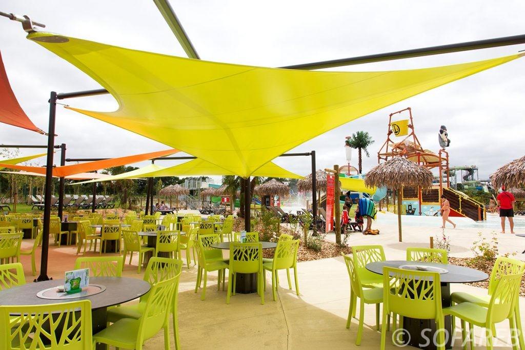 voile-verte-d'ombrage-qualite-professionnelle-particulier-sur-mesure-mesures-vendée-qualité-france-française-Sofareb-local-expérience-particulier-professionnels-protection-solaire-terrasse-exterieur-design-moderne-jardin-ombre-ombrage-architecte