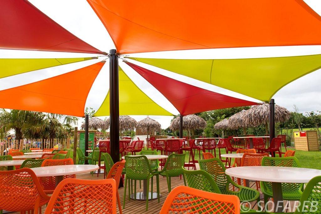 voile-d'ombrage-qualite-professionnelle-particulier-sur-mesure-mesures-vendée-qualité-france-française-Sofareb-local-expérience-particulier-professionnels-protection-solaire-terrasse-exterieur-design-moderne-jardin-ombre-ombrage-architecte-