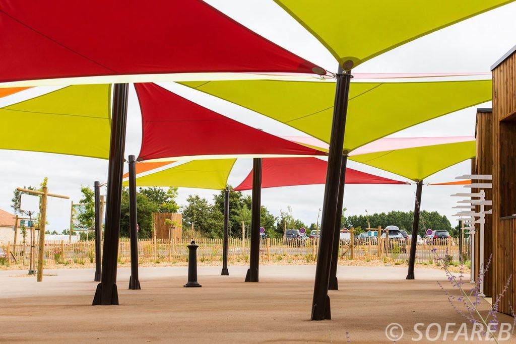 voile-d'ombrage-qualite-professionnelle-particulier-sur-mesure-mesures-vendée-qualité-france-française-Sofareb-local-expérience-particulier-professionnels-protection-solaire-terrasse-exterieur-design-moderne-jardin-ombre-ombrage-architecte-verte-rouge-ogliss-park-parc