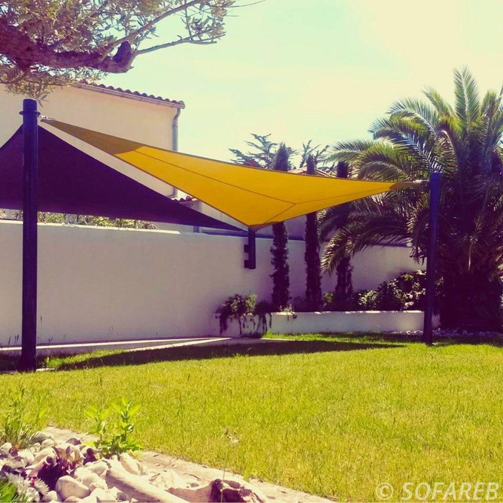 jaune-noire-voile-d'ombrage-qualite-professionnelle-particulier-sur-mesure-mesures-vendée-qualité-france-française-Sofareb-local-expérience-particulier-professionnels-protection-solaire-terrasse-exterieur-design-moderne-jardin-ombre-ombrage-architecte