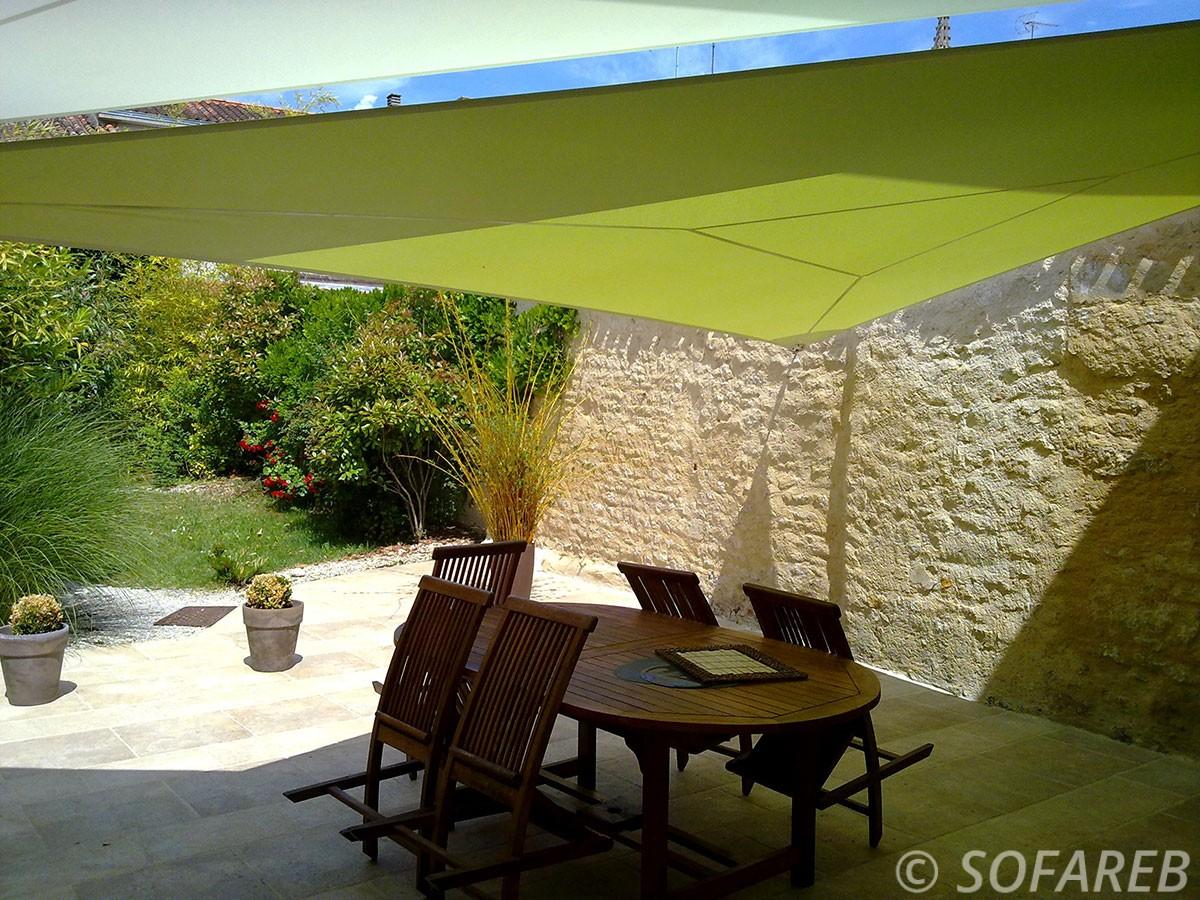 voile-d'ombrage-qualite-professionnelle-particulier-sur-mesure-mesures-vendée-qualité-france-française-Sofareb-local-expérience-particulier-professionnels-protection-solaire-terrasse-exterieur-design-moderne-jardin-ombre-ombrage-architecte-shadesail-verte-green