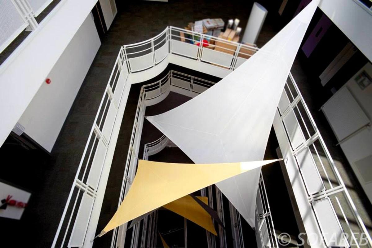 voile-d'ombrage-qualite-professionnelle-particulier-sur-mesure-mesures-vendée-qualité-france-française-Sofareb-local-expérience-particulier-professionnels-protection-solaire-terrasse-exterieur-design-moderne-jardin-ombre-ombrage-architecte-jaune-grise