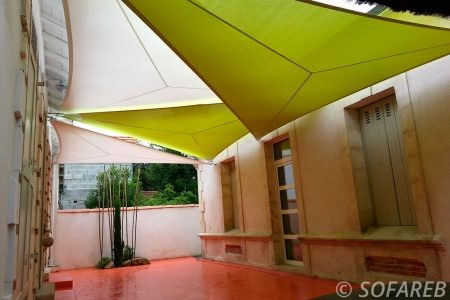 voile-d'ombrage-qualite-professionnelle-particulier-sur-mesure-mesures-vendée-qualité-france-française-Sofareb-local-expérience-particulier-professionnels-protection-solaire-terrasse-exterieur-design-moderne-jardin-ombre-ombrage-architecte-verte-blanche