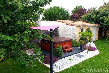voile-d'ombrage-qualite-professionnelle-particulier-sur-mesure-mesures-vendée-qualité-france-française-Sofareb-local-expérience-particulier-professionnels-protection-solaire-terrasse-exterieur-design-moderne-jardin-ombre-ombrage-architecte-jacuzi-spa-baignade-dehors-rouge