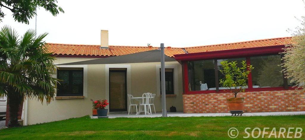 voile-d'ombrage-qualite-professionnelle-particulier-sur-mesure-mesures-vendée-qualité-france-française-Sofareb-local-expérience-particulier-professionnels-protection-solaire-terrasse-exterieur-design-moderne-jardin-ombre-ombrage-architecte-grise