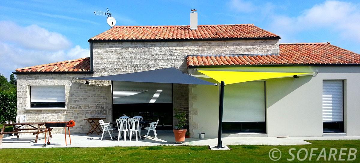 verte-grise-jaune-voile-d'ombrage-qualite-professionnelle-particulier-sur-mesure-mesures-vendée-qualité-france-française-Sofareb-local-expérience-particulier-professionnels-protection-solaire-terrasse-exterieur-design-moderne-jardin-ombre-ombrage-architecte-maison-pierre