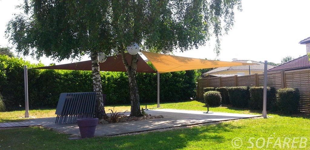 voile-d'ombrage-qualite-professionnelle-particulier-sur-mesure-mesures-vendée-qualité-france-française-Sofareb-local-expérience-particulier-professionnels-protection-solaire-terrasse-exterieur-design-moderne-jardin-ombre-ombrage-architecte-marron-beige