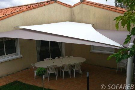voile-d'ombrage-qualite-professionnelle-particulier-sur-mesure-mesures-vendée-qualité-france-française-Sofareb-local-expérience-particulier-professionnels-protection-solaire-terrasse-exterieur-design-moderne-jardin-ombre-ombrage-architecte-blanche-grise
