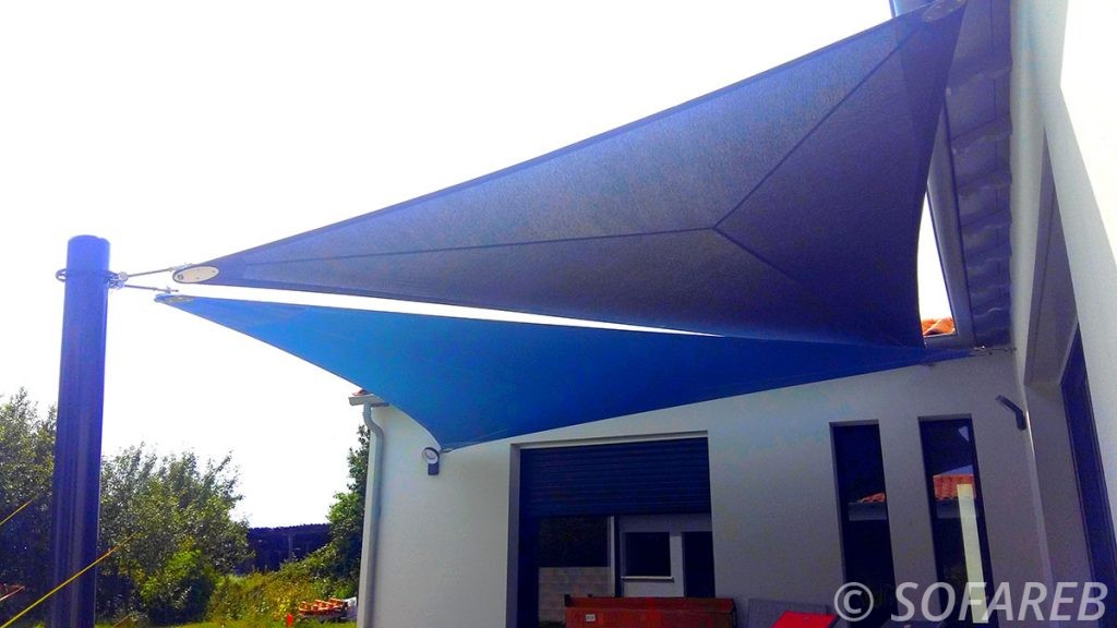 voile-d'ombrage-qualite-professionnelle-particulier-sur-mesure-mesures-vendée-qualité-france-française-Sofareb-local-expérience-particulier-professionnels-protection-solaire-terrasse-exterieur-design-moderne-jardin-ombre-ombrage-architecte-shadesail-bleu-noire-blue