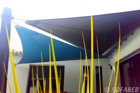 voile-d'ombrage-qualite-professionnelle-particulier-sur-mesure-mesures-vendée-qualité-france-française-Sofareb-local-expérience-particulier-professionnels-protection-solaire-terrasse-exterieur-design-moderne-jardin-ombre-ombrage-architecte-shadesail-bleu-noire