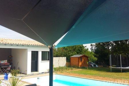 voile-d'ombrage-qualite-professionnelle-particulier-sur-mesure-mesures-vendée-qualité-france-française-Sofareb-local-expérience-particulier-professionnels-protection-solaire-terrasse-exterieur-design-moderne-jardin-ombre-ombrage-architecte-shadesail-bleue-noire-piscine-swimming-pool