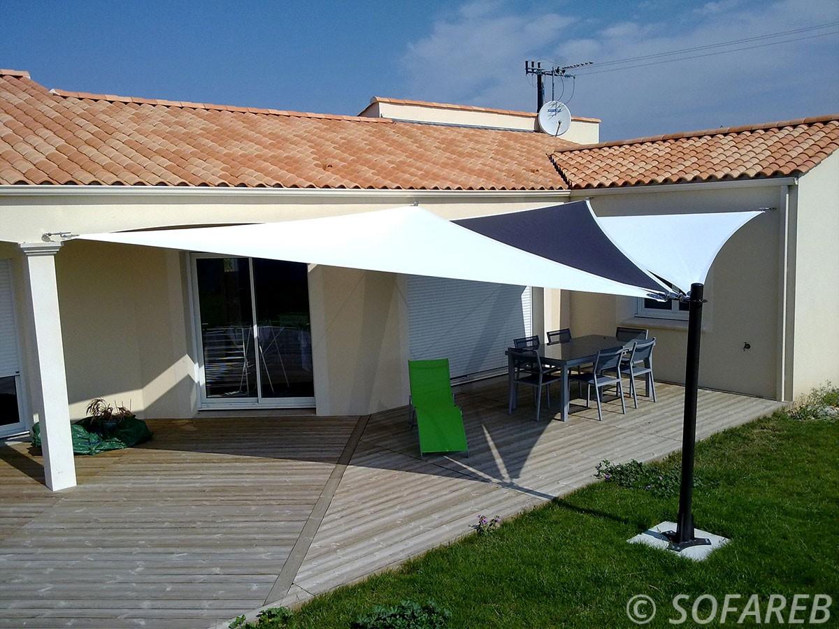 voile-d'ombrage-qualite-professionnelle-particulier-sur-mesure-mesures-vendée-qualité-france-française-Sofareb-local-expérience-particulier-professionnels-protection-solaire-terrasse-exterieur-design-moderne-jardin-ombre-ombrage-architecte-shadesail-noir-blanc