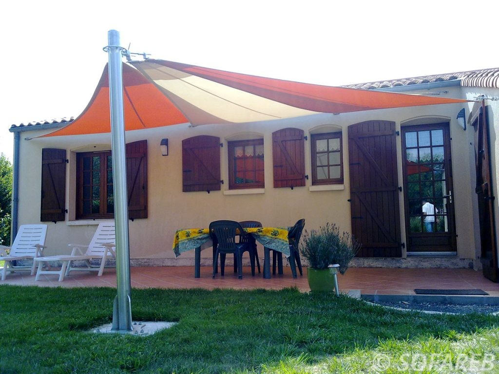 voile-d'ombrage-qualite-professionnelle-particulier-sur-mesure-mesures-vendée-qualité-france-française-Sofareb-local-expérience-particulier-professionnels-protection-solaire-terrasse-exterieur-design-moderne-jardin-ombre-ombrage-architecte-shadesail-orange-blanc