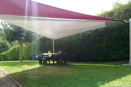voile-d'ombrage-qualite-professionnelle-particulier-sur-mesure-mesures-vendée-qualité-france-française-Sofareb-local-expérience-particulier-professionnels-protection-solaire-terrasse-exterieur-design-moderne-jardin-ombre-ombrage-architecte-shadesail-rouge-blanc