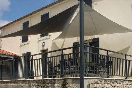 voile-d'ombrage-qualite-professionnelle-particulier-sur-mesure-mesures-vendée-qualité-france-française-Sofareb-local-expérience-particulier-professionnels-protection-solaire-terrasse-exterieur-design-moderne-jardin-ombre-ombrage-architecte-shadesail-noire-blanc-chocolat-marron