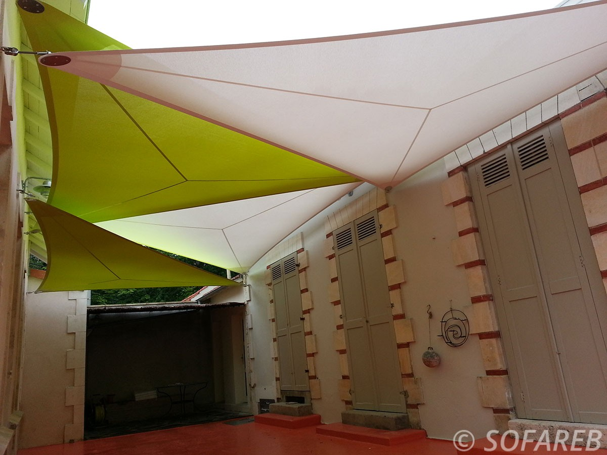 voile-d'ombrage-qualite-professionnelle-particulier-sur-mesure-mesures-vendée-qualité-france-française-Sofareb-local-expérience-particulier-professionnels-protection-solaire-terrasse-exterieur-design-moderne-jardin-ombre-ombrage-architecte-shadesail-verte-blanc