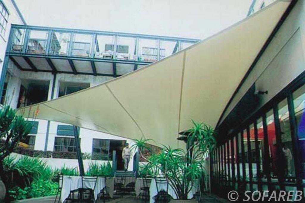 voile-d'ombrage-qualite-professionnelle-particulier-sur-mesure-mesures-vendée-qualité-france-française-Sofareb-local-expérience-particulier-professionnels-protection-solaire-terrasse-exterieur-design-moderne-jardin-ombre-ombrage-architecte-shadesail-blanc