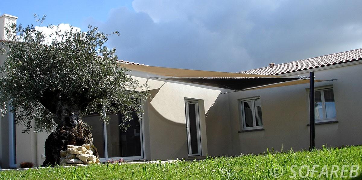 blanc-noir-voile-d'ombrage-qualite-professionnelle-particulier-sur-mesure-mesures-vendée-qualité-france-française-Sofareb-local-expérience-particulier-professionnels-protection-solaire-terrasse-exterieur-design-moderne-jardin-ombre-ombrage-architecte-shadesail