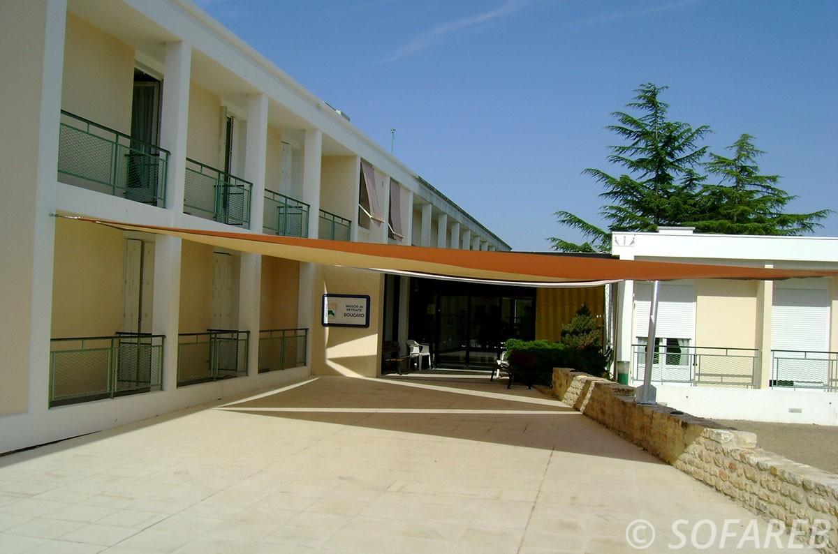 voile-d'ombrage-qualite-professionnelle-particulier-sur-mesure-mesures-vendée-qualité-france-française-Sofareb-local-expérience-particulier-professionnels-protection-solaire-terrasse-exterieur-design-moderne-jardin-ombre-ombrage-architecte-shadesail-jaune-orange