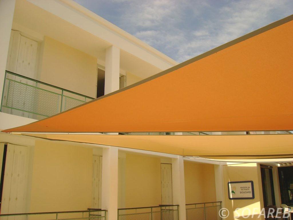 voile-d'ombrage-qualite-professionnelle-particulier-sur-mesure-mesures-vendée-qualité-france-française-Sofareb-local-expérience-particulier-professionnels-protection-solaire-terrasse-exterieur-design-moderne-jardin-ombre-ombrage-architecte-shadesail-orange-jaune