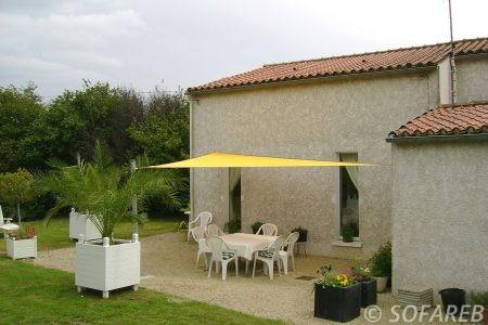 voile-d'ombrage-qualite-professionnelle-particulier-sur-mesure-mesures-vendée-qualité-france-française-Sofareb-local-expérience-particulier-professionnels-protection-solaire-terrasse-exterieur-design-moderne-jardin-ombre-ombrage-architecte-shadesail-jaune