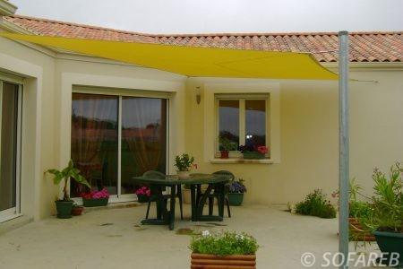 jaune-yellow-voile-d'ombrage-qualite-professionnelle-particulier-sur-mesure-mesures-vendée-qualité-france-française-Sofareb-local-expérience-particulier-professionnels-protection-solaire-terrasse-exterieur-design-moderne-jardin-ombre-ombrage-architecte-shadesail