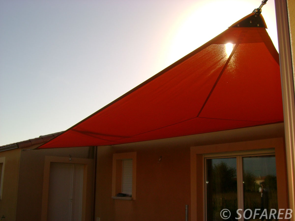 voile-d'ombrage-qualite-professionnelle-particulier-sur-mesure-mesures-vendée-qualité-france-française-Sofareb-local-expérience-particulier-professionnels-protection-solaire-terrasse-exterieur-design-moderne-jardin-ombre-ombrage-architecte-shadesail-rouge-orange