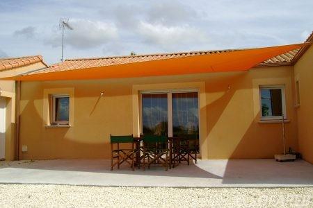 voile-d'ombrage-qualite-professionnelle-particulier-sur-mesure-mesures-vendée-qualité-france-française-Sofareb-local-expérience-particulier-professionnels-protection-solaire-terrasse-exterieur-design-moderne-jardin-ombre-ombrage-architecte-shadesail-orange