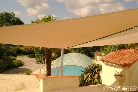piscine-creusee-beige-voile-d'ombrage-qualite-professionnelle-particulier-sur-mesure-mesures-vendée-qualité-france-française-Sofareb-local-expérience-particulier-professionnels-protection-solaire-terrasse-exterieur-design-moderne-jardin-ombre-ombrage-architecte-shadesail