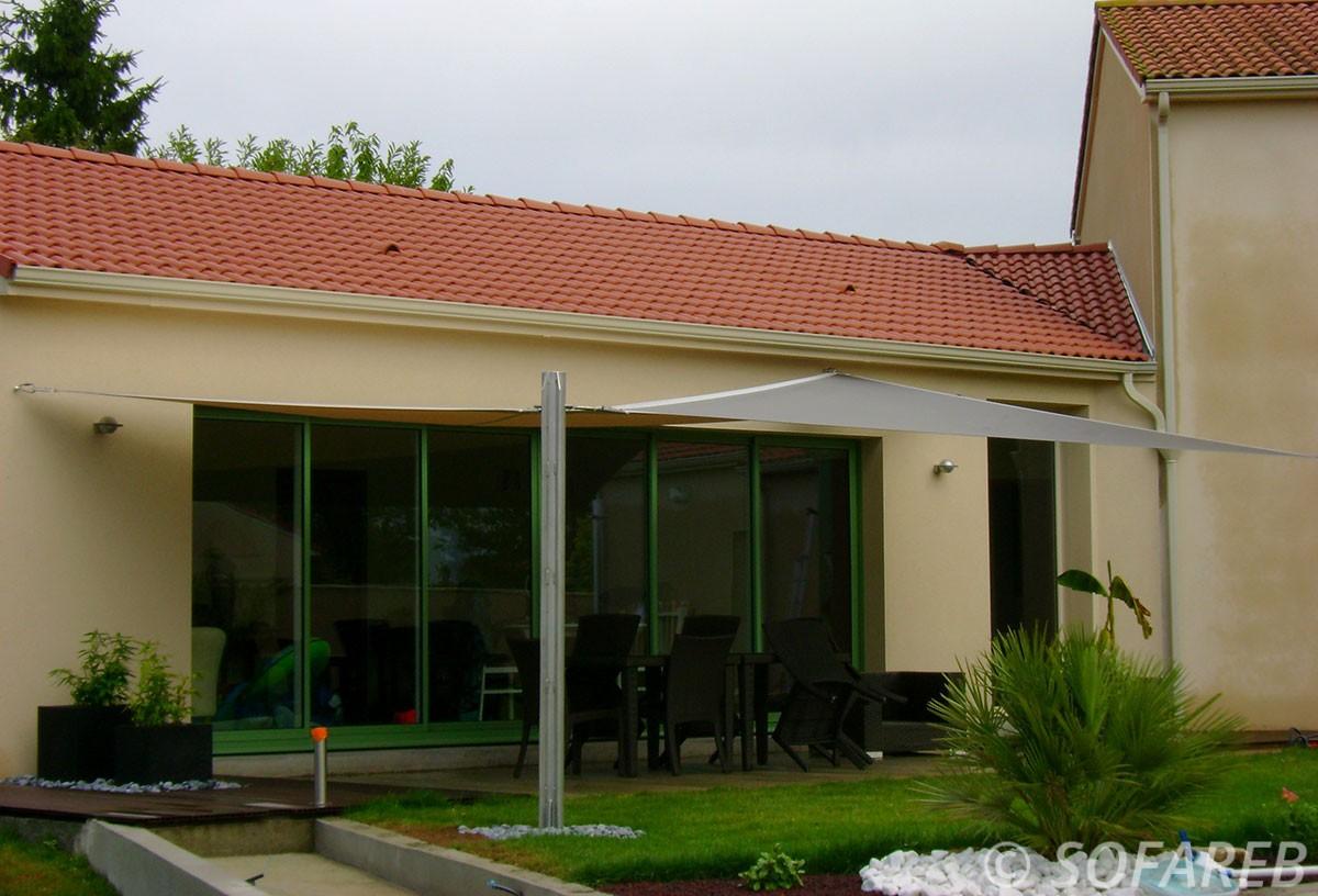 voile-d'ombrage-qualite-professionnelle-particulier-sur-mesure-mesures-vendée-qualité-france-française-Sofareb-local-expérience-particulier-professionnels-protection-solaire-terrasse-exterieur-design-moderne-jardin-ombre-ombrage-architecte-shadesail-grise