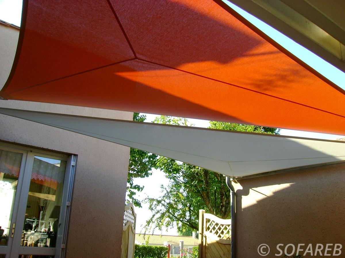 voile-d'ombrage-qualite-professionnelle-particulier-sur-mesure-mesures-vendée-qualité-france-française-Sofareb-local-expérience-particulier-professionnels-protection-solaire-terrasse-exterieur-design-moderne-jardin-ombre-ombrage-architecte-shadesail-orange-blanche