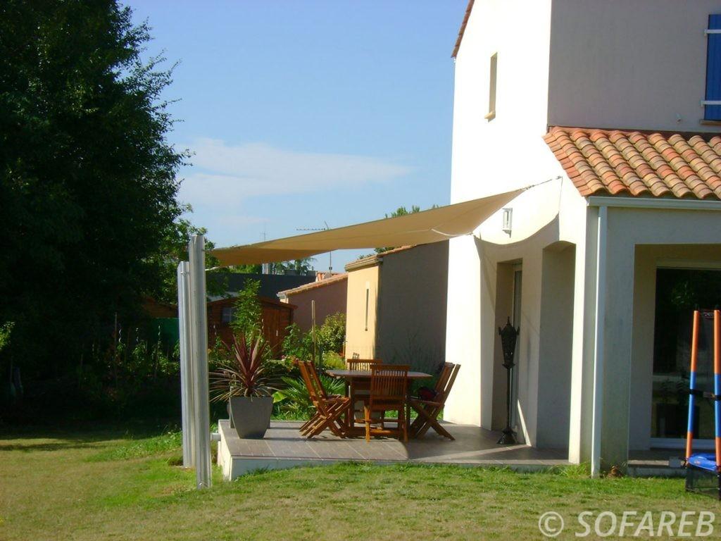 voile-d'ombrage-qualite-professionnelle-particulier-sur-mesure-mesures-vendée-qualité-france-française-Sofareb-local-expérience-particulier-professionnels-protection-solaire-terrasse-exterieur-design-moderne-jardin-ombre-ombrage-architecte-shadesail-beige-terrasse