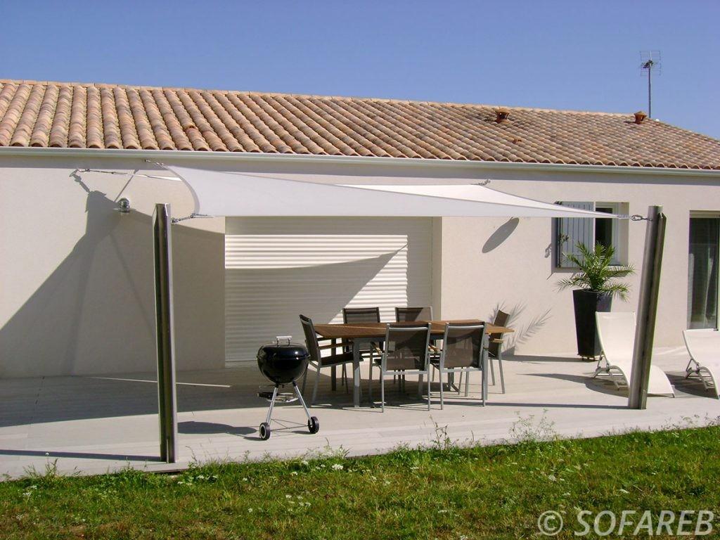 voile-d'ombrage-qualite-professionnelle-particulier-sur-mesure-mesures-vendée-qualité-france-française-Sofareb-local-expérience-particulier-professionnels-protection-solaire-terrasse-exterieur-design-moderne-jardin-ombre-ombrage-architecte-shadesail-grise-blanche