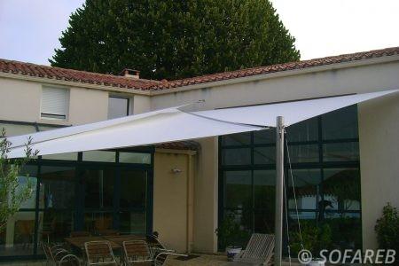 voile-d'ombrage-qualite-professionnelle-particulier-sur-mesure-mesures-vendée-qualité-france-française-Sofareb-local-expérience-particulier-professionnels-protection-solaire-terrasse-exterieur-design-moderne-jardin-ombre-ombrage-architecte-shadesail-blanches